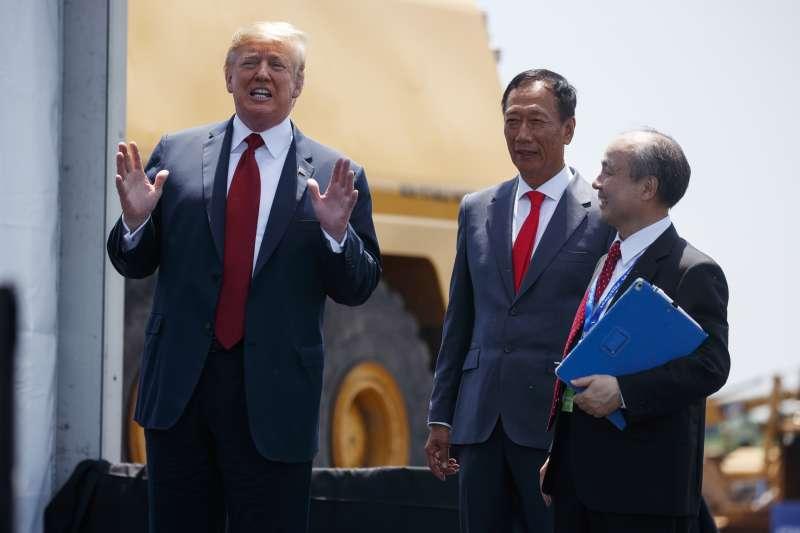 20180629-美國總統川普(左一)與鴻海董事長郭台銘(右二),於美國時間28日一同出席富士康在美國威斯康辛州興建廠區動土典禮。(美聯社)