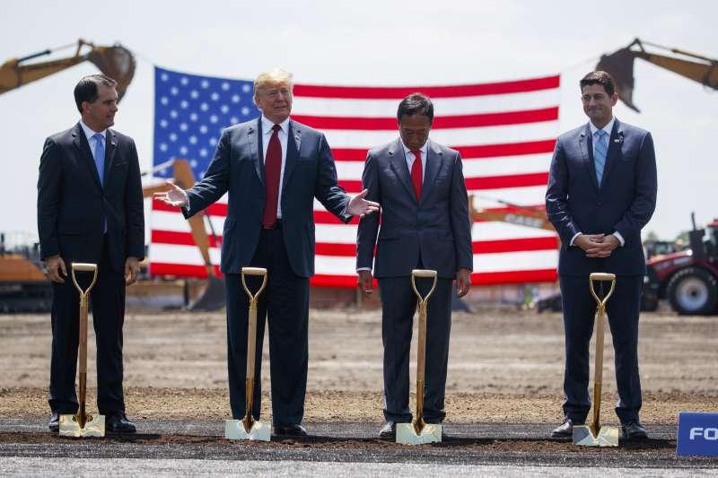 20180629-美國總統川普(左二)與鴻海董事長郭台銘(右二),於美國時間28日一同出席富士康在美國威斯康辛州興建廠區動土典禮。(美聯社)