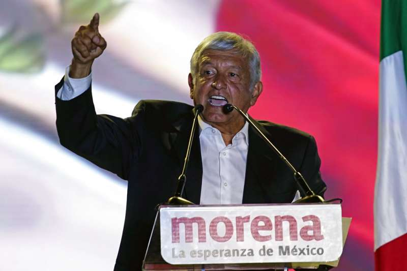 2018年6月27日,墨西哥總統候選人羅培茲.歐布拉多爾(Andrés Manuel López Obrador)在造勢場合上發表演說。(AP)
