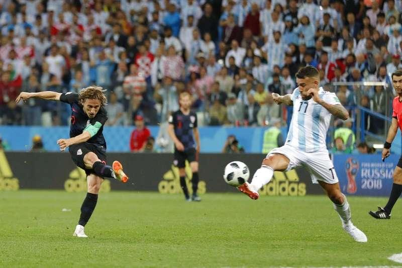 克羅埃西亞莫德里奇(左)對阿根廷射進了本屆最漂亮的一球。(美聯社)