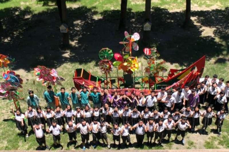 中華藝術學校以「藝童齊翻轉、立足港都、航向未來」為題,讓學生重新再利用廢棄漁網,賦予新「藝」象。(中華藝校提供)