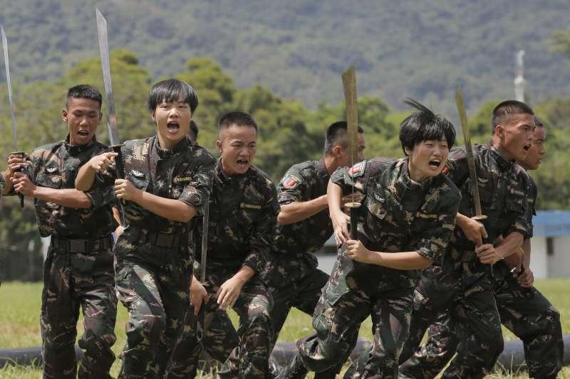 圖為香港主權移交中國21周年,解放軍駐港部隊演練(AP)