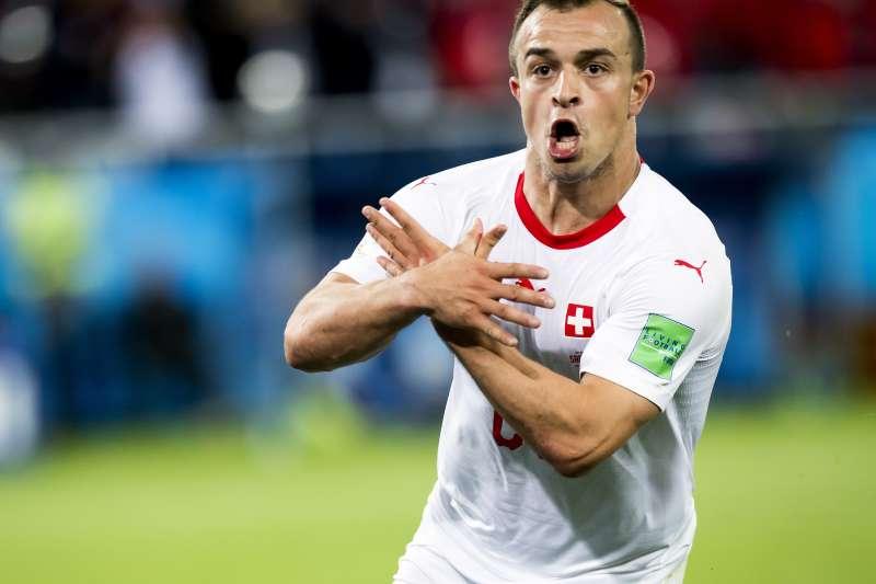 世足賽瑞士對上塞爾維亞最終逆轉勝,翼鋒沙基里興奮比岀「阿爾巴尼亞雙頭鷹」手勢。(美聯社)