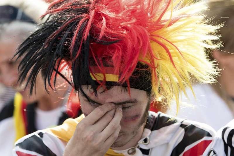 德國隊爆冷敗給南韓隊,場邊球迷忍不住落淚。(美聯社)