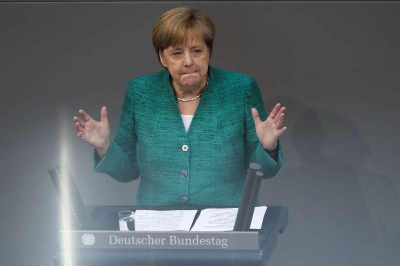 德國總理梅克爾,善德國隊輸球傷心之餘,還要擔心聯合政府垮台。(美聯社)