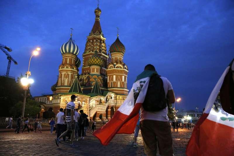 俄羅斯利用舉辦世足的機會行銷俄羅斯,展現俄國的熱情。(美聯社)