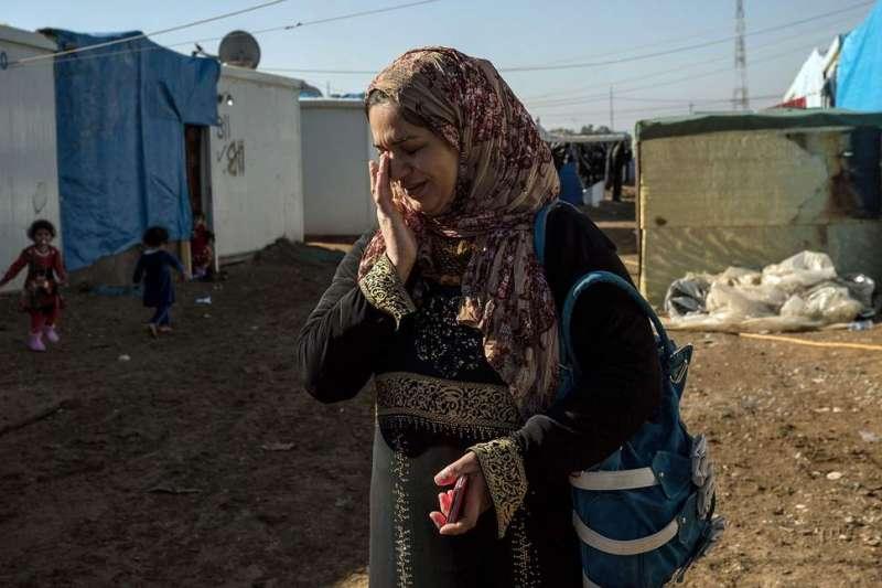 一名在難民營的亞茲迪婦女。IS恐怖分子攻入亞茲迪族的村落進行血腥屠殺,並將女人當做奴隸、物品來販賣。(美聯社)