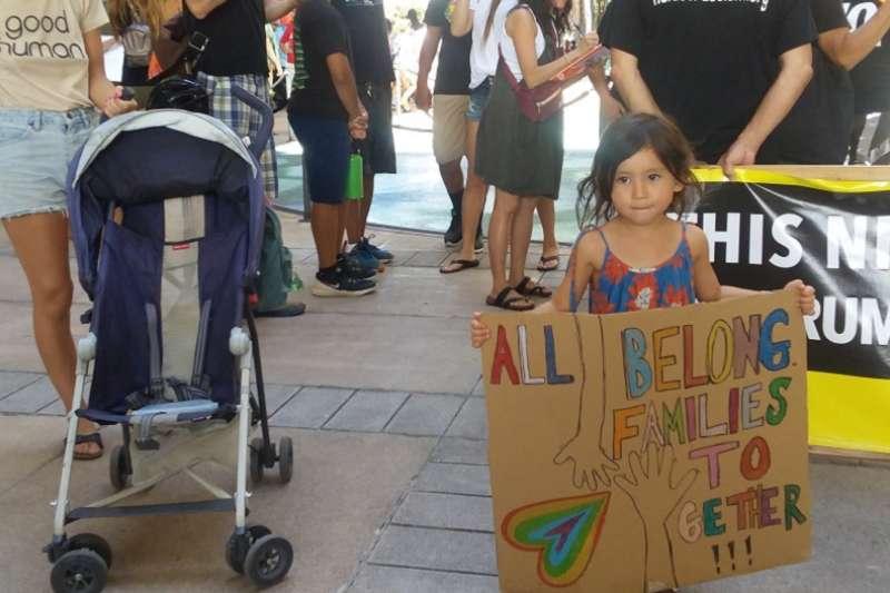 反川普移民政策的抗議,這名參加的小女孩,有點像《時代》雜誌封面女娃。(夏威夷日報提供)