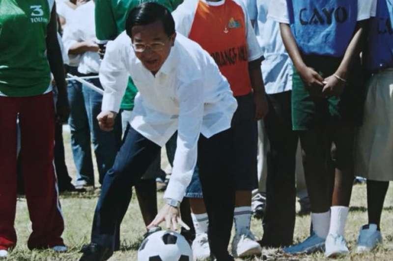 目前正在俄羅斯舉行的FIFA世界盃足球賽,下屆將由亞洲國家卡達舉辦,前總統陳水扁2日提出,建議總統蔡英文能提出申辦世界盃足球賽。(翻攝自「陳水扁新勇哥物語」臉書)
