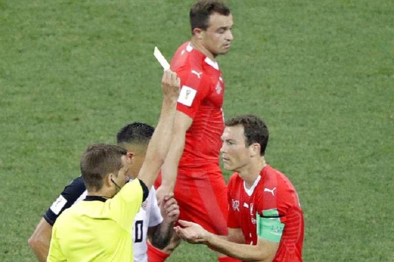 瑞士隊長利希史坦拿(右)吃兩張黃牌,對瑞典一役無法上場。(美聯社)