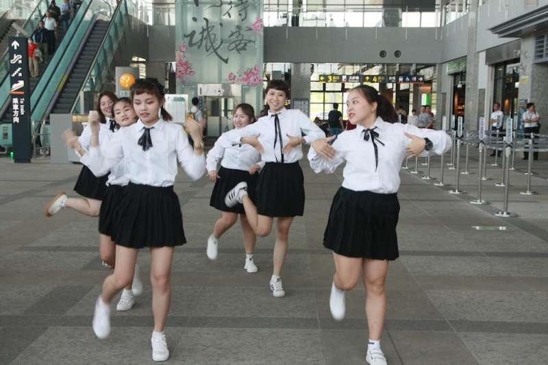 育達科技大學時尚系學生組成的「舞蹈表演團」,6月29日下午在高鐵苗栗站進行快閃表演。(圖/育達科大提供)