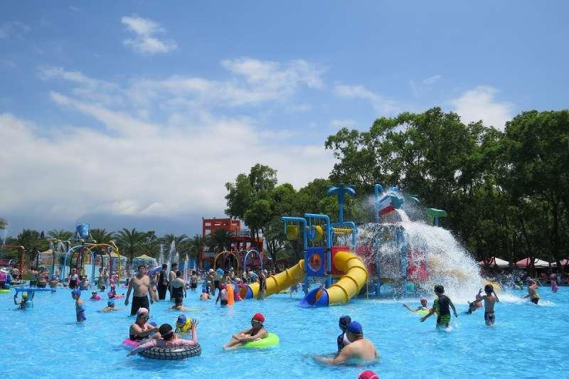 花蓮知卡宣綠森林親水公園戲水暑期活動「知卡宣清涼玩一夏」1日熱鬧開幕,首日即吸引逾7,000人同樂。(圖/花蓮縣政府提供)