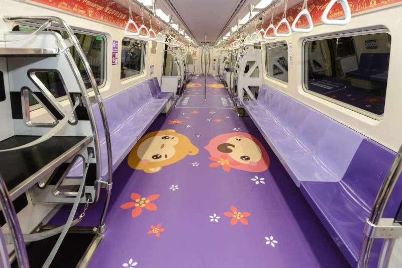 桃捷公司自7月3日開始推出ㄚ桃園哥彩繪列車,結合機捷紫色、ㄚ桃粉紅色、園哥鵝黃色為設計,ㄚ桃園哥會出現在各自色系的車廂內與乘客互動,透過趣味方式,讓更多人喜歡搭乘機捷。(圖/桃園市政府提供)
