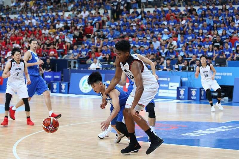 中華隊在關鍵的資格小組賽對日本一戰,受制於日本新歸化洋將攻守的牽制,表現綁手綁腳,最後吞敗,無緣第2輪賽事。(圖取自FIBA官網)