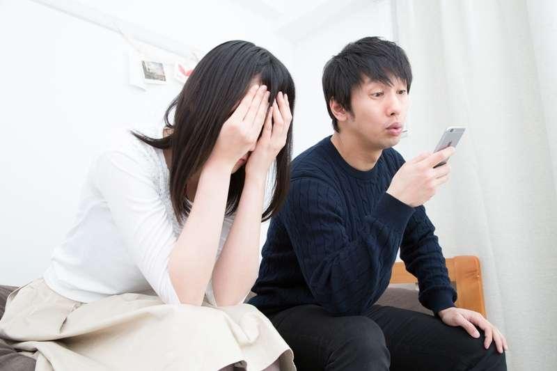 很多人被伴侶「拖累」著,又享受著這種對方完全依賴自己的感覺,陷入了一段依賴共生的關係中。(圖/pakutaso)