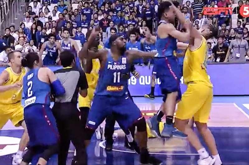 FIBA世界盃亞洲資格賽發生鬥毆事件,澳洲和菲律賓在比賽來到第3節時發生激烈肢體衝突,導致雙方球員在場上上演全武行。(圖截自ESPN影片)