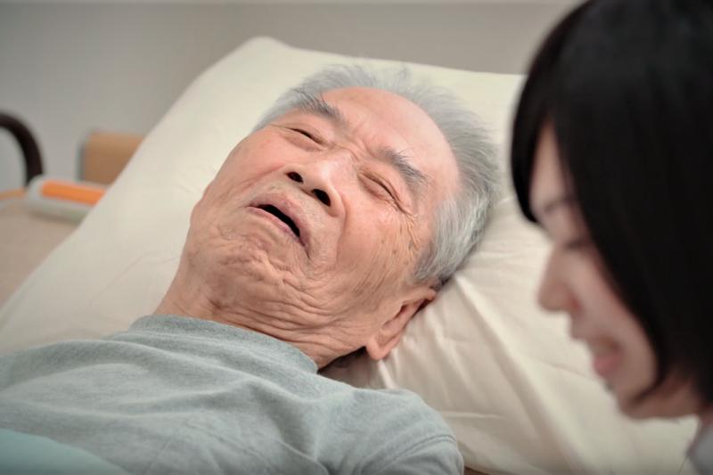 為何只有解尿困難的阿公,隔天卻選擇在病房自殺?血淋淋的真實案例,讓實習醫師超震撼...(示意圖,非當事人/取自youtube)