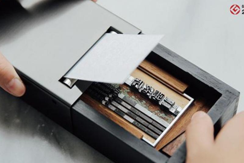 台灣企業開發活字印刷機「一張名片」在日本募資平台大獲成功,廣受日本民眾歡迎。(圖/翻攝自 Makuake,智慧機器人網提供)