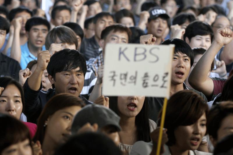 韓國兩任總統李明博與朴槿惠以政治力干預新聞編播,促使KBS和MBC兩家公共電視台記者為爭取新聞自由大舉抗爭。(資料照,美聯社)