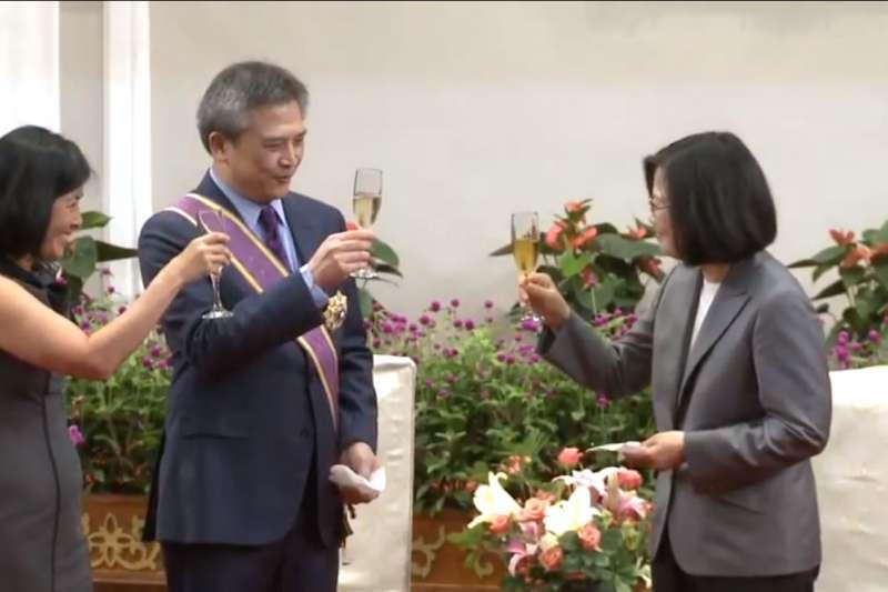 AIT處長梅健華即將卸任,帶蔡英文總統頒授今「大綬景星勳章」的典禮上,大開「台大校長開缺」的玩笑。(取自總統府官網)