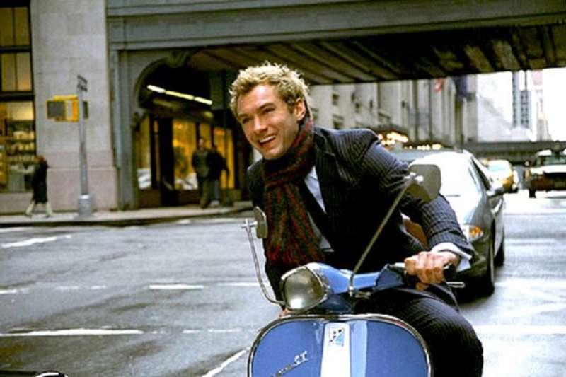 裘德洛在電影中騎偉士牌機車。(劇照)