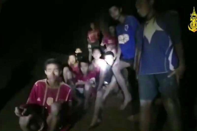 2018年7月2日深夜,泰國清萊府失蹤10天的13名青少年足球隊員與教練,在地下洞穴被尋獲,全員平安(AP)