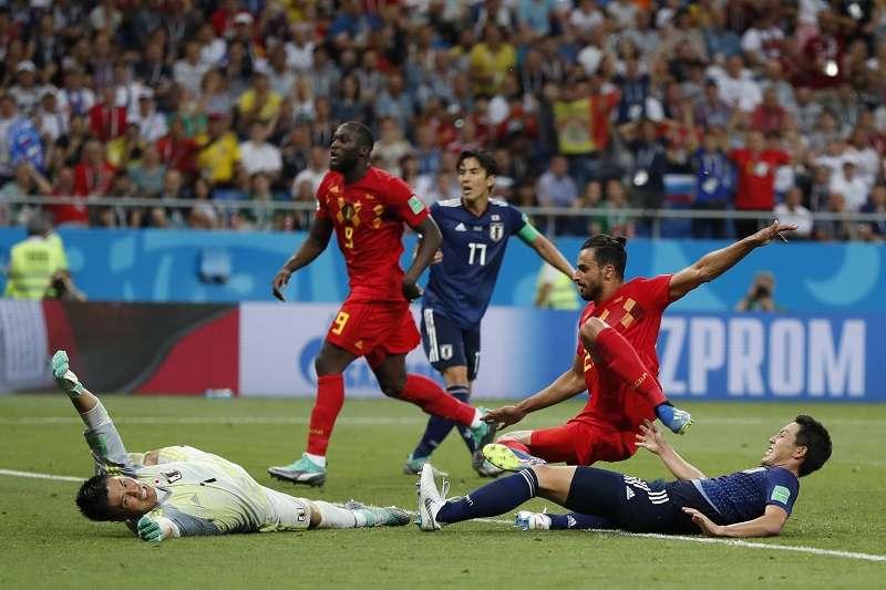 比利時靠著快速反擊讓查德利(右二)在傷停補時踢進第3球,成功逆轉日本晉級8強。 (美聯社)