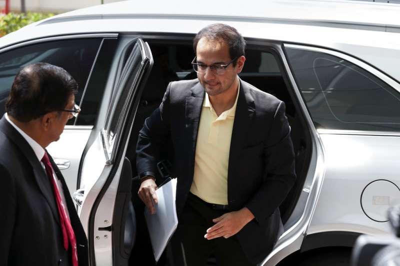 納吉的繼子里扎阿茲(中後)3日抵達反貪污委員會總部錄取口供,接受有關一馬公司(1MDB)案件的調查(美聯社)。