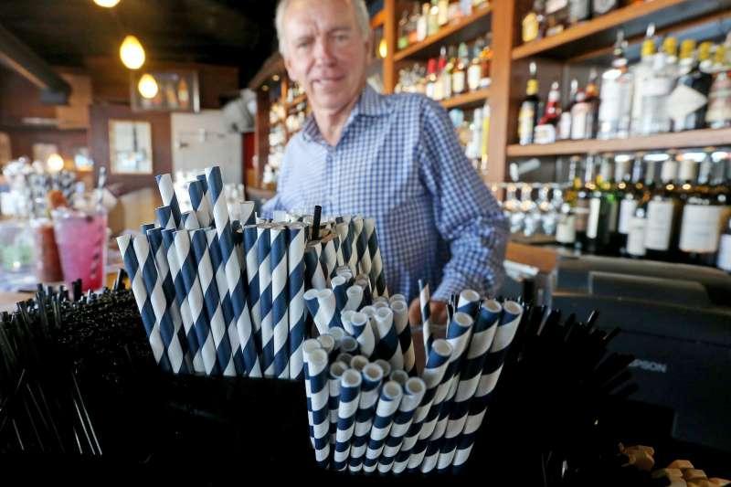 美國西雅圖的杜克餐廳(Duke's Restaurants)提供紙吸管(AP)