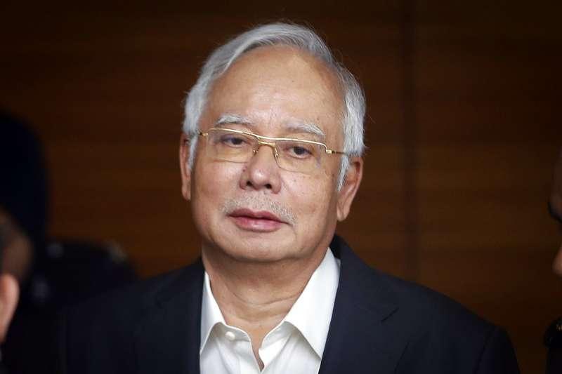 馬來西亞前總理納吉3日遭到馬國反貪污委員會逮捕,恐面臨逾10項罪名,圖為納吉5月24日前往反貪會接受偵訊。(AP)