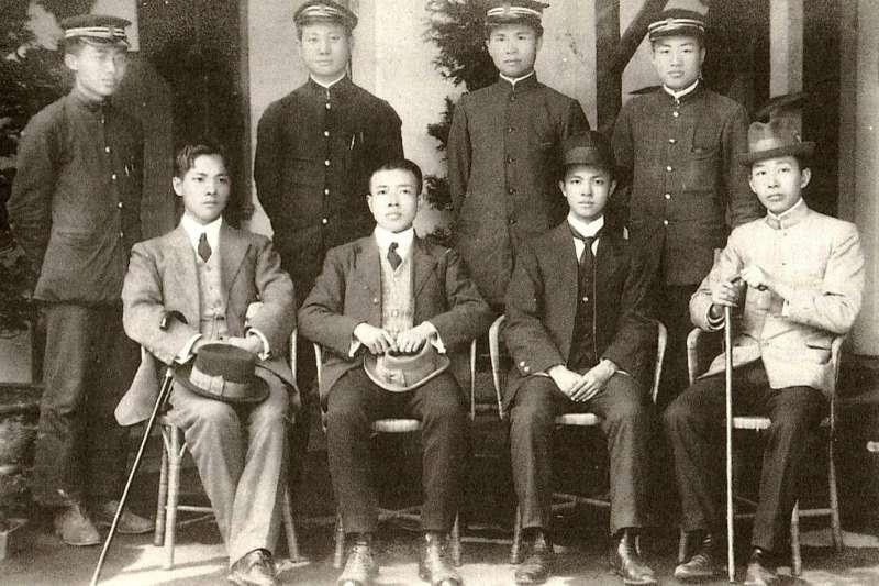 1913年台灣青年謀刺袁世凱的送別合照,前排左二為翁俊明,左三為杜聰明,後排右一為蔣渭水。 (取自杜聰明博士獎學基金管理委員會)