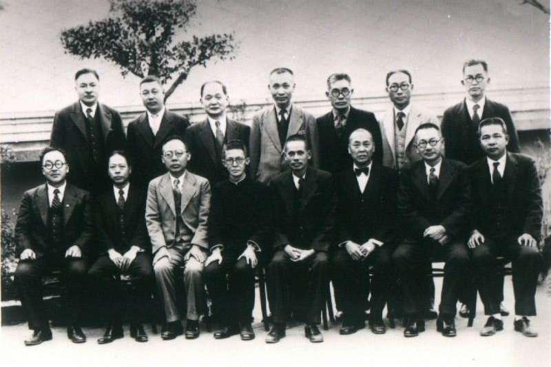 二十世紀初,正值日本帝國侵略野心壯大之際,當時受日本殖民的台灣,初期除了有激烈的武裝反抗外,由於也受到中國辛亥革命的激勵,知識分子同樣用盡各種手段亟欲協助台灣歸復祖國。圖為台北醫學校同窗會(1941年),後排左二為賴和,前排左四為杜聰明。(取自賴和照片集)