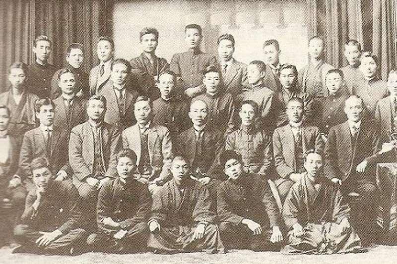 「台灣新民會」成員合影。第二排左起林呈祿(左2)、蔡惠如(左4)、林獻堂(左5)(取自台灣控)