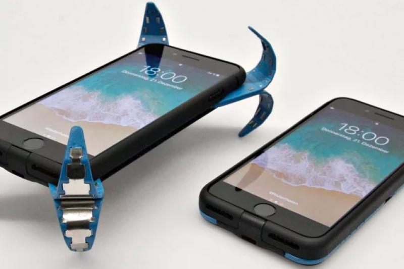 德國學生發明超實用「防摔手機殼」,能在手機即將落地前伸出「爪子」吸收衝擊力,拯救你的愛機。(圖/智慧機器人網提供)