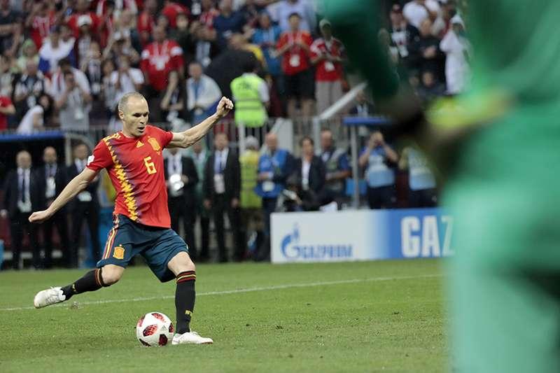 西班牙中場老將伊涅斯塔,伴隨西班牙過去十年的光榮時刻,在這次西班牙從世界盃出局,也決定退下國家隊球衣,為此寫信給粉絲們表達感謝。(美聯社)