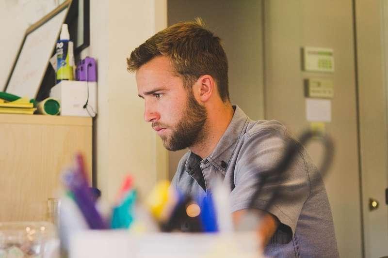 如果公司故意調動你的職位想逼你自己離職,你該怎麼做呢?(圖/pixabay)