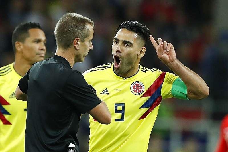 圖(右)隊長法爾考與(左)裁判基格,本場比賽可以看到許多哥倫比亞球員與裁判基格爭論的畫面。(美聯社)