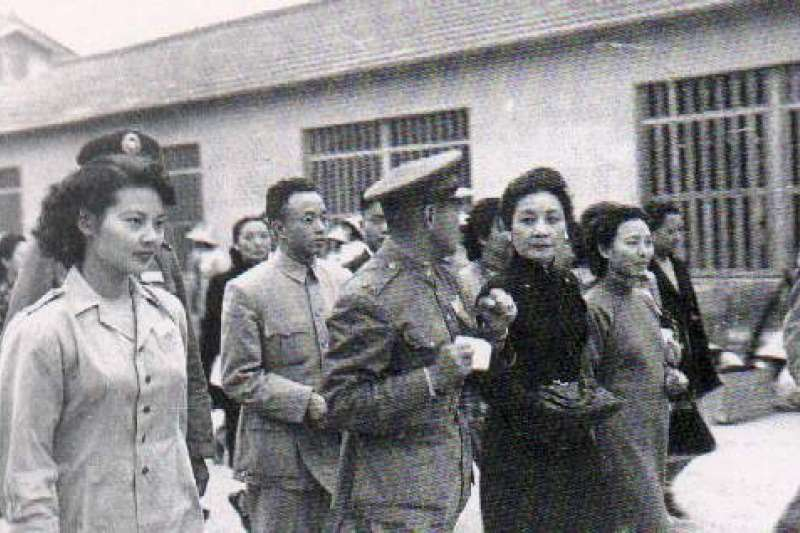 孫立人將軍陪同蔣夫人視察屏東女青年大隊,右一是孫夫人張晶英女士,左一是黃玨組長(取自中央研究院近代史研究所)
