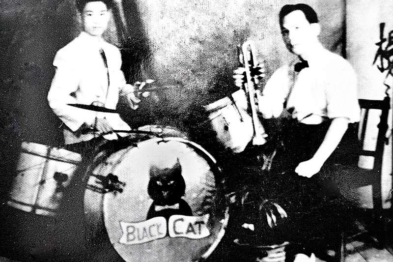 楊三郎 (右) 成立黑貓歌舞團,並擔任舞團中的首席小喇叭手。(取自國立傳統藝術中心臺灣音樂館)