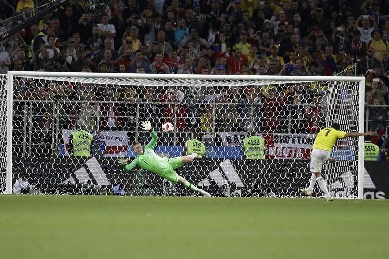 英格蘭門將皮克福德在PK大戰的第4、第5點連續擋下哥倫比亞的射門,也讓英格蘭贏得了隊史首次的世界盃PK大戰勝利。 (美聯社)