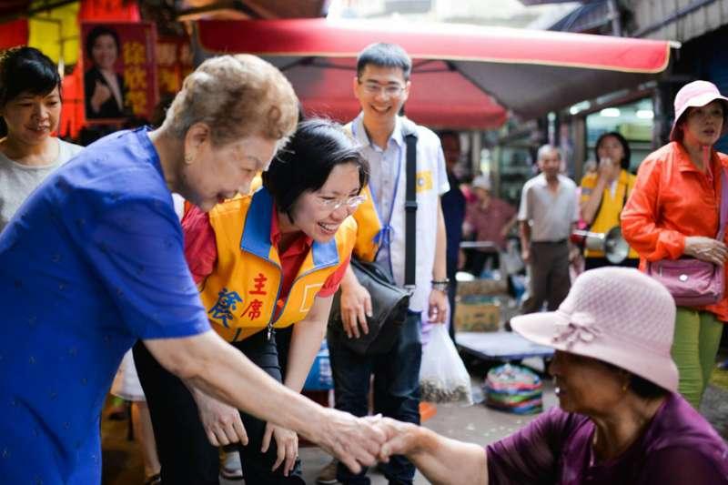 徐欣瑩(左二)與「柯媽」(左一)一起到新埔鎮第一公有市場拜票。(徐欣瑩團隊提供)