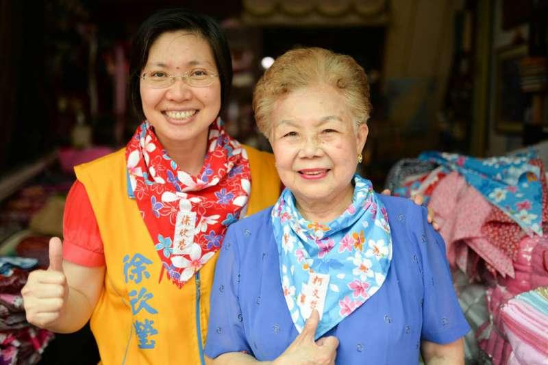 徐欣瑩(左)與「柯媽」(右)戴上布莊老闆親手繡上「徐欣瑩」及「柯文哲」的客家花布巾。(徐欣瑩團隊提供)