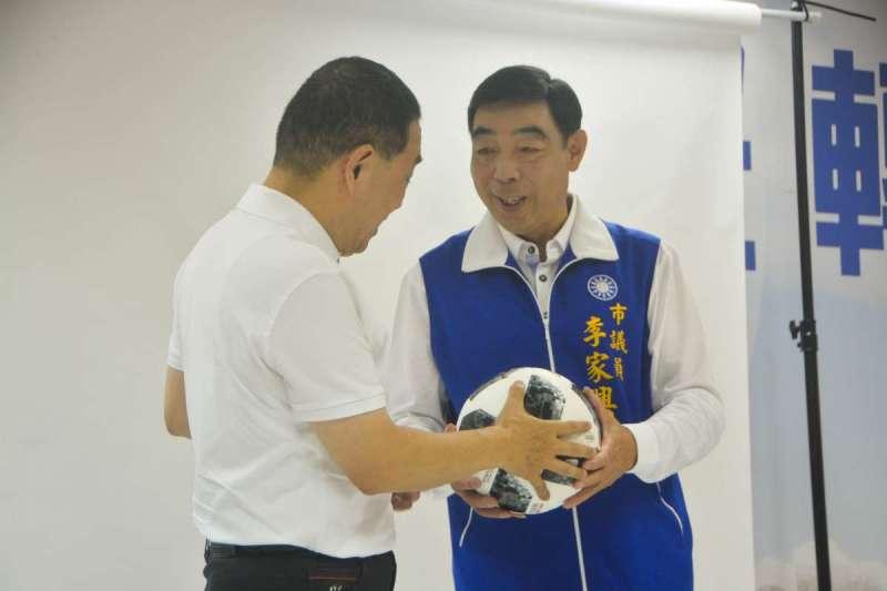 20180704侯友宜(左)與桃園市議員李家興(右)拍攝定裝照並以世足足球代表團結象徵。(曾定嘉攝)