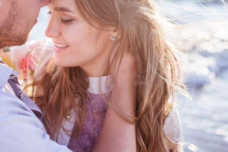 除了嘿咻前的時間,你願意多花時間愛撫和親吻對方嗎?別把接吻當成做愛的前置作業,這樣目的性太強反而滅火!(示意圖非本人/pixabay)