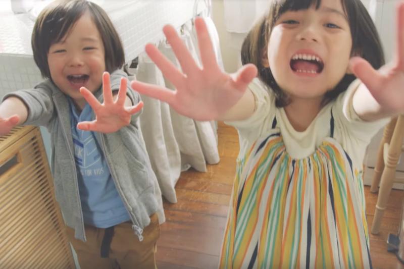 很多家長會將滅菌液直接噴在小孩皮膚上,醫師表示這是非常錯誤的行為。(圖/取自youtube)