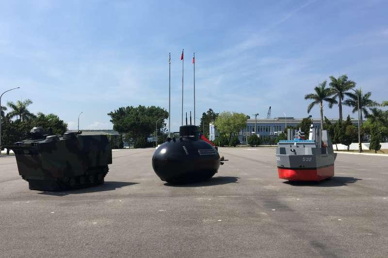 20180705-由右到左為Q版「磐石軍艦」、「劍龍潛艦」、「AAV7兩棲突擊車」武器裝備。(海軍司令部提供)