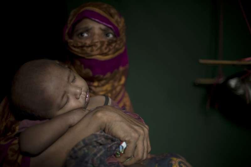 慘遭緬甸軍性侵,不幸懷孕的羅興亞婦女,因為擔心被鄰居發現,生產時在口中塞著布,強忍疼痛產子。(美聯社)
