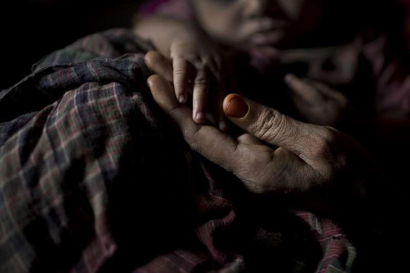 13歲遭強暴、生下女兒卻只能含淚送人的少女A。(美聯社)