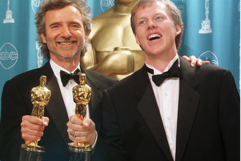 海格蘭(右)改編、韓森(左)執導的《鐵面特警隊》大獲成功,前途一片光明。(取自新新聞)