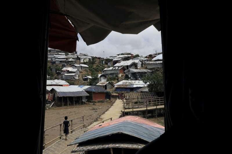 羅興亞人只能在環境簡陋、擁擠,衛生條件低落的難民營生活。(美聯社)